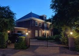 domotica huis voorzijde avond
