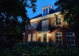 domotica huis zijaanzicht avond